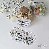 Кръгли етикетчета за подаръците с принт и имената на младоженците